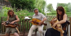 2 filles et un garçons jouent de la vielle à roue