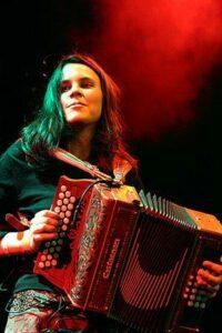 Portait de Sohie Cavez avec son accordéon