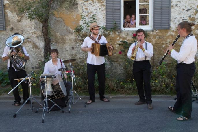 trombone, percussions, accordéon, saxophone, clarinette