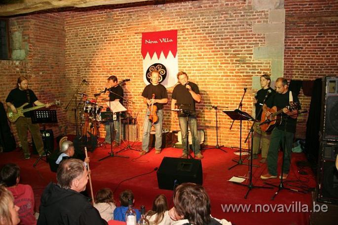 6 musiciens sur scène.
